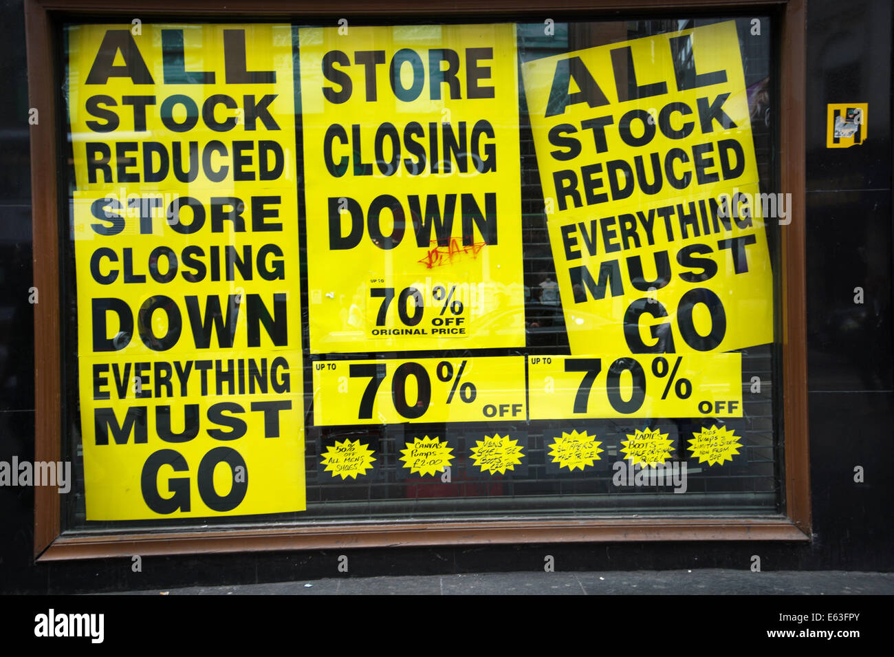 Scotland 2014. Glasgow. Shoe shop with signs for closing down sale - Stock Image