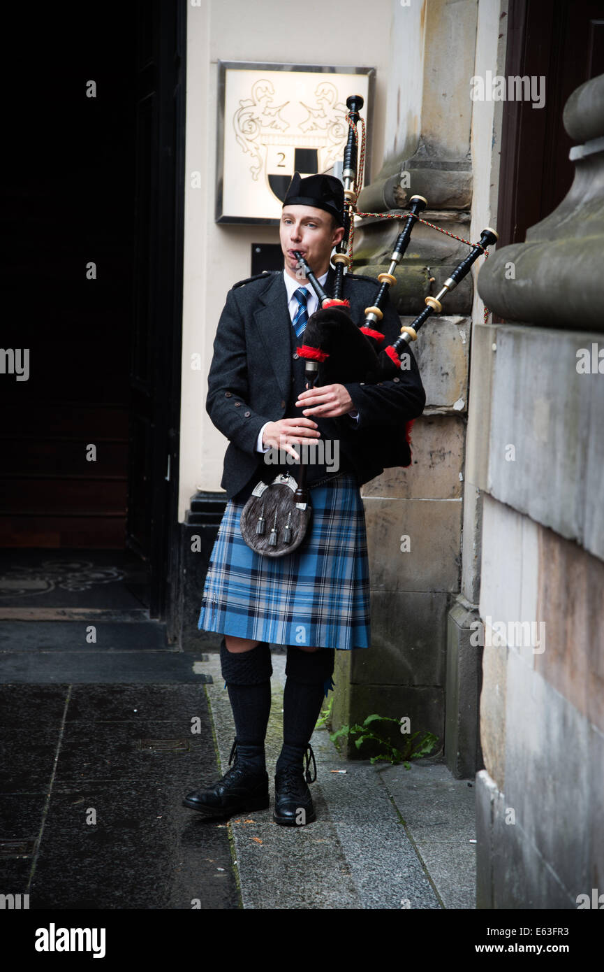 Scotland 2014. Glasgow. Man in a kilt playing the bagpipes. - Stock Image
