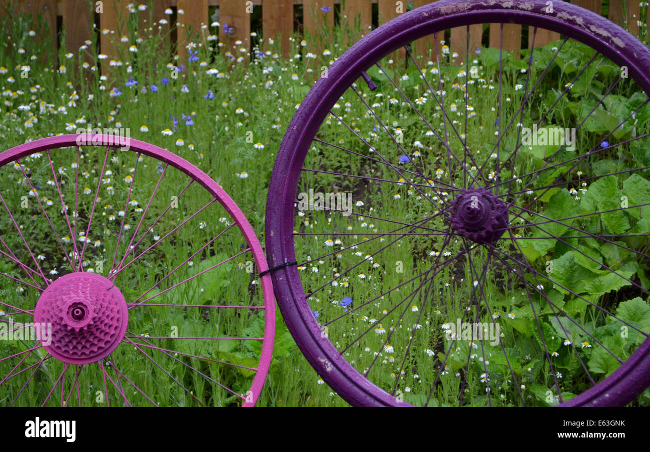 Painted bicycle wheels in the beer garden of the Siempre Urban Bicycle in Partick, Glasgow - Stock Image