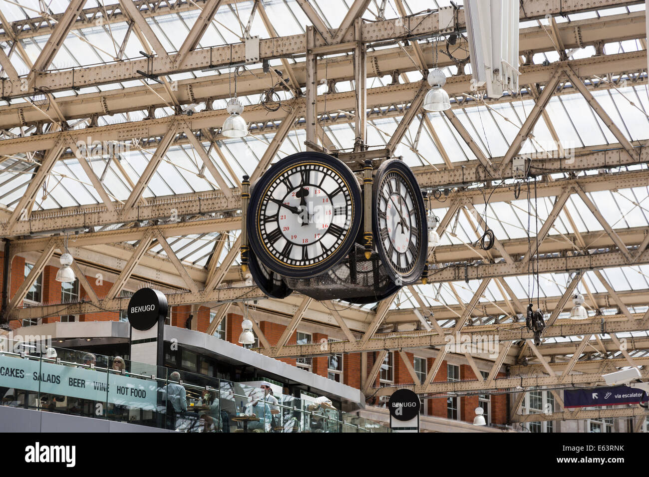 Station clock at Waterloo Station, London, a famous meeting point on the platform - Stock Image