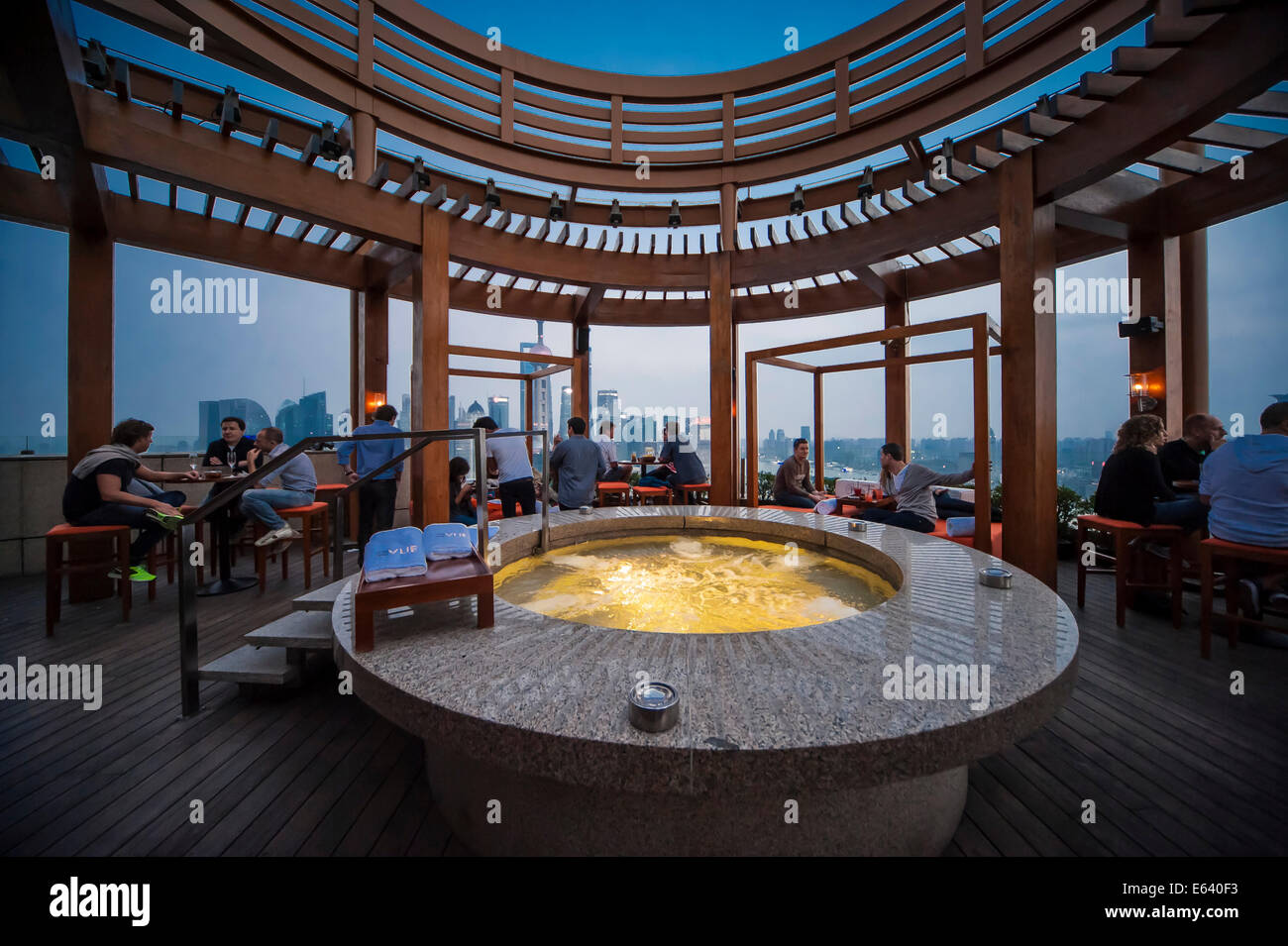 Vue Bar with jacuzzi, Hyatt on the Bund Hotel, at the back the skyline of Pudong, Shanghai, China - Stock Image