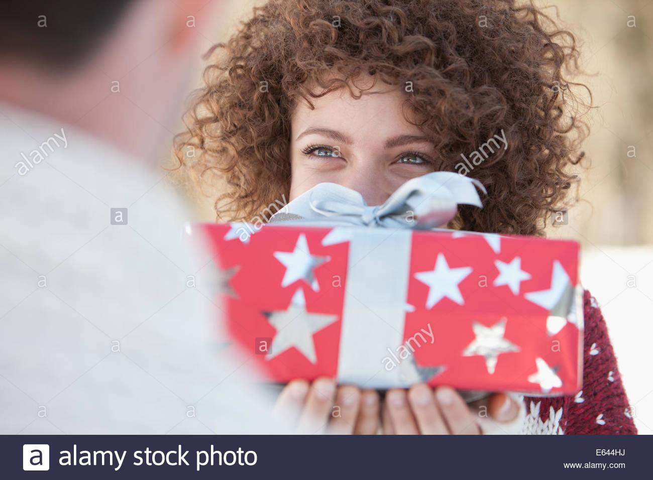 Woman giving man gift - Stock Image