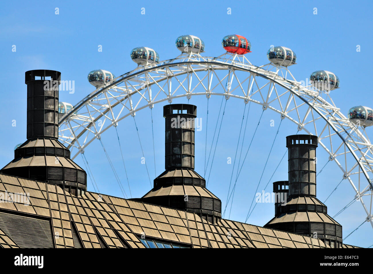 London, England, UK. The London Eye behind the roof of Portcullis House (Parliament Square) - Stock Image