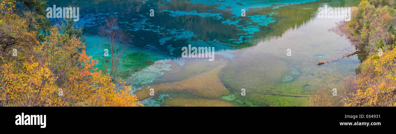 Autumn trees and lake, Jiuzhaigou National Park, Sichuan, China - Stock Image