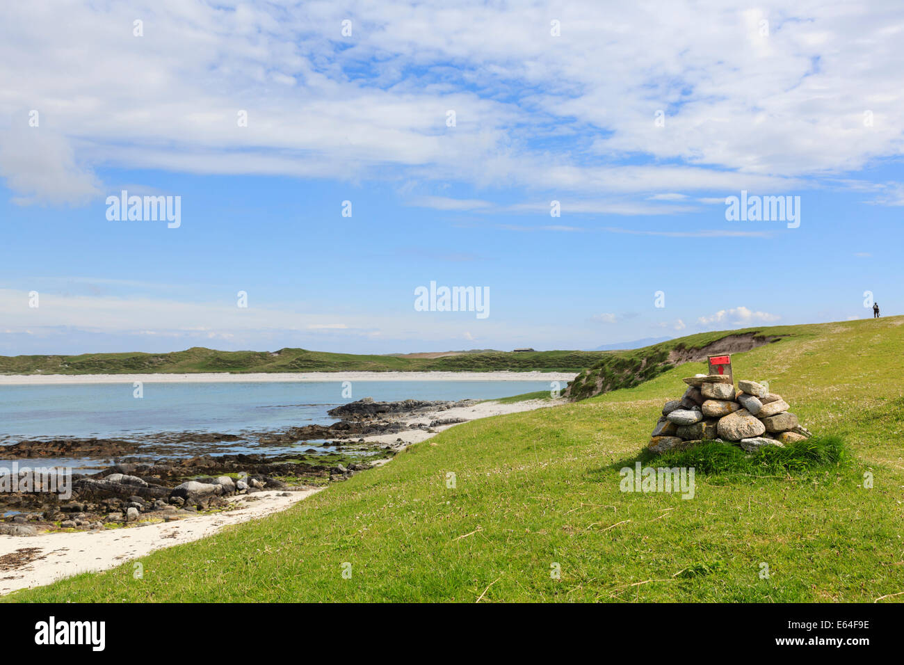 Path marker cairn on west coast trail on Balranald RSPB Nature Reserve, North Uist, Outer Hebrides, Western Isles, - Stock Image