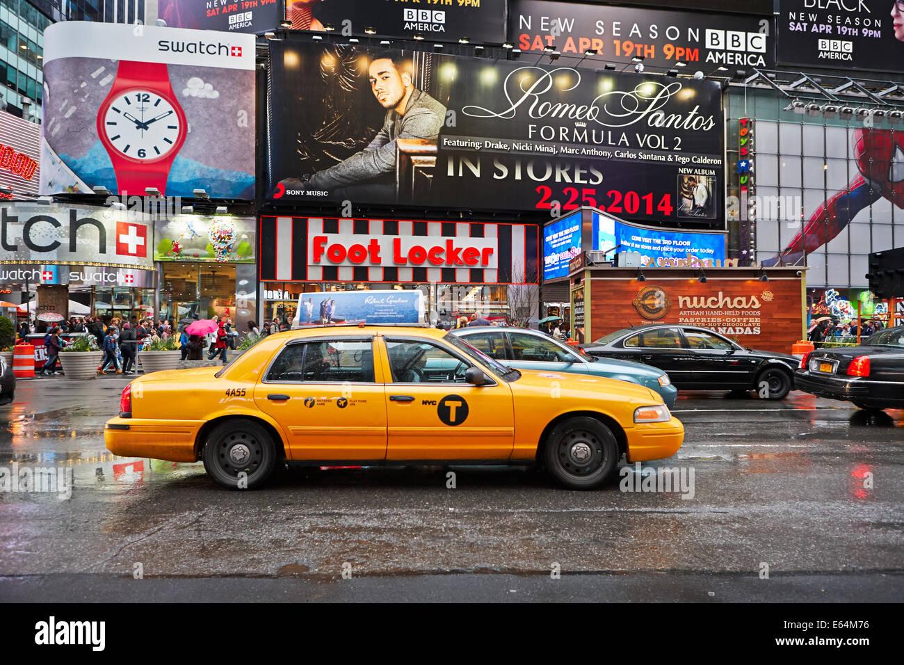 Yellow Medallion taxi on Times Square. Manhattan, New York, USA. - Stock Image