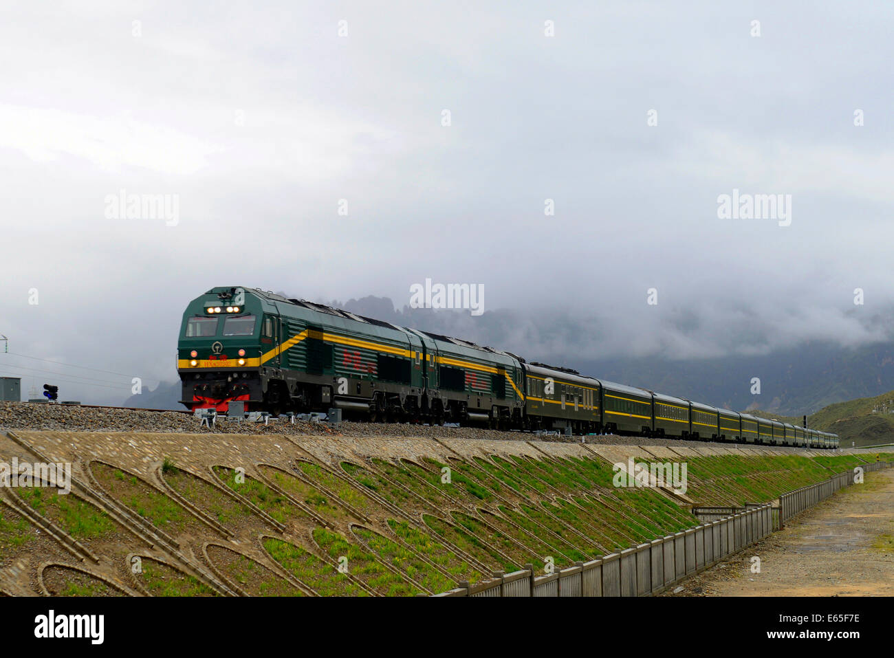 Lhasa, China's Tibet Autonomous Region. 15th Aug, 2014. A passenger train runs for a trial from Lhasa to Xigaze, - Stock Image