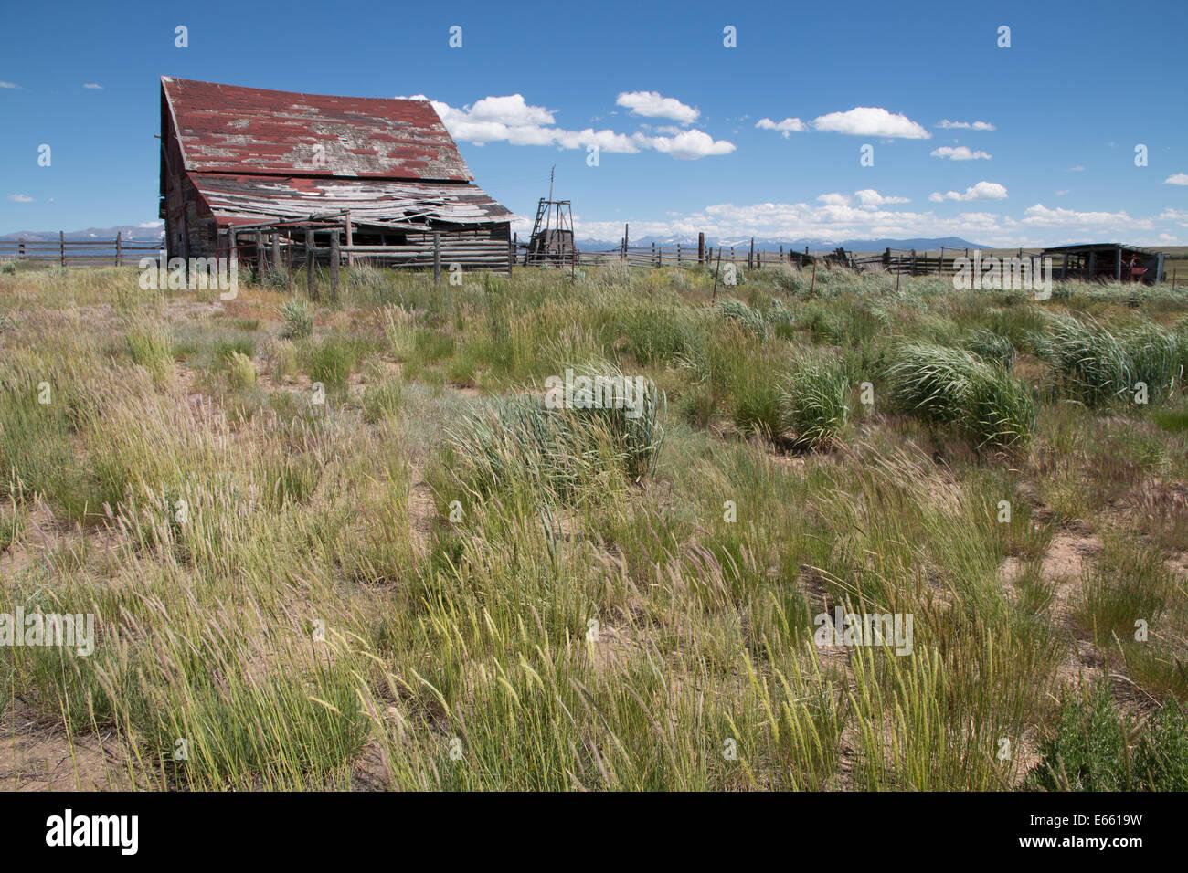Old Abandoned Barn in the Arapaho National Wildlife Refuge - Stock Image