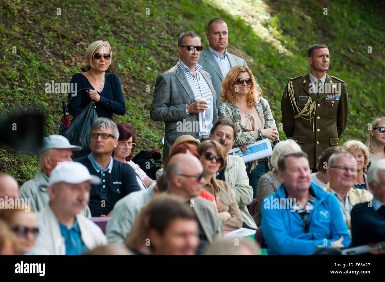 Paide, Estonia. 15th Aug, 2014. Estonian President Toomas Hendrik Ilves (C, rear) joins the Festival of Opinion - Stock Image