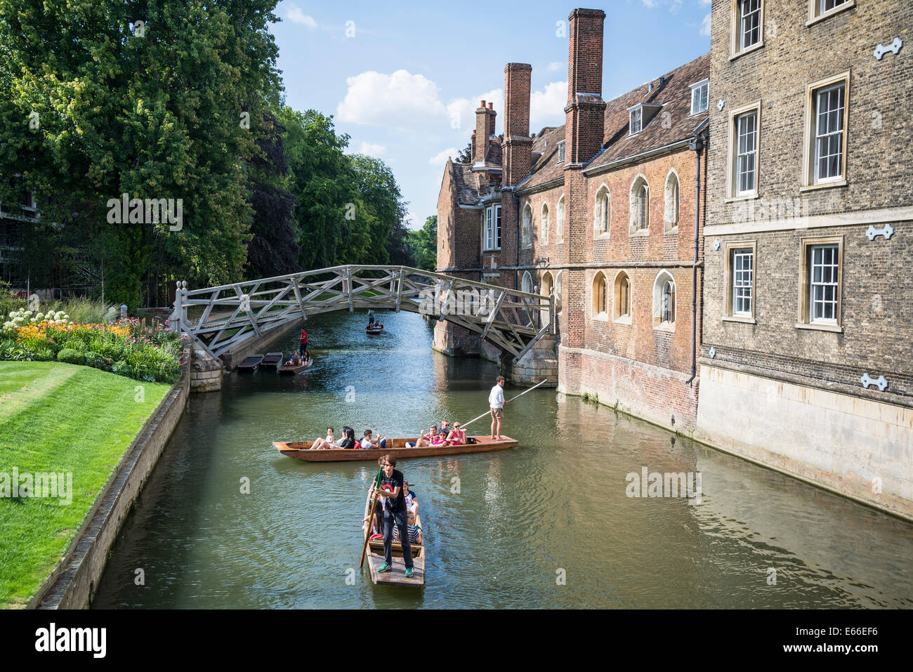 Mathematical Bridge and punts on the River Cam, Cambridge, England, UK - Stock Image