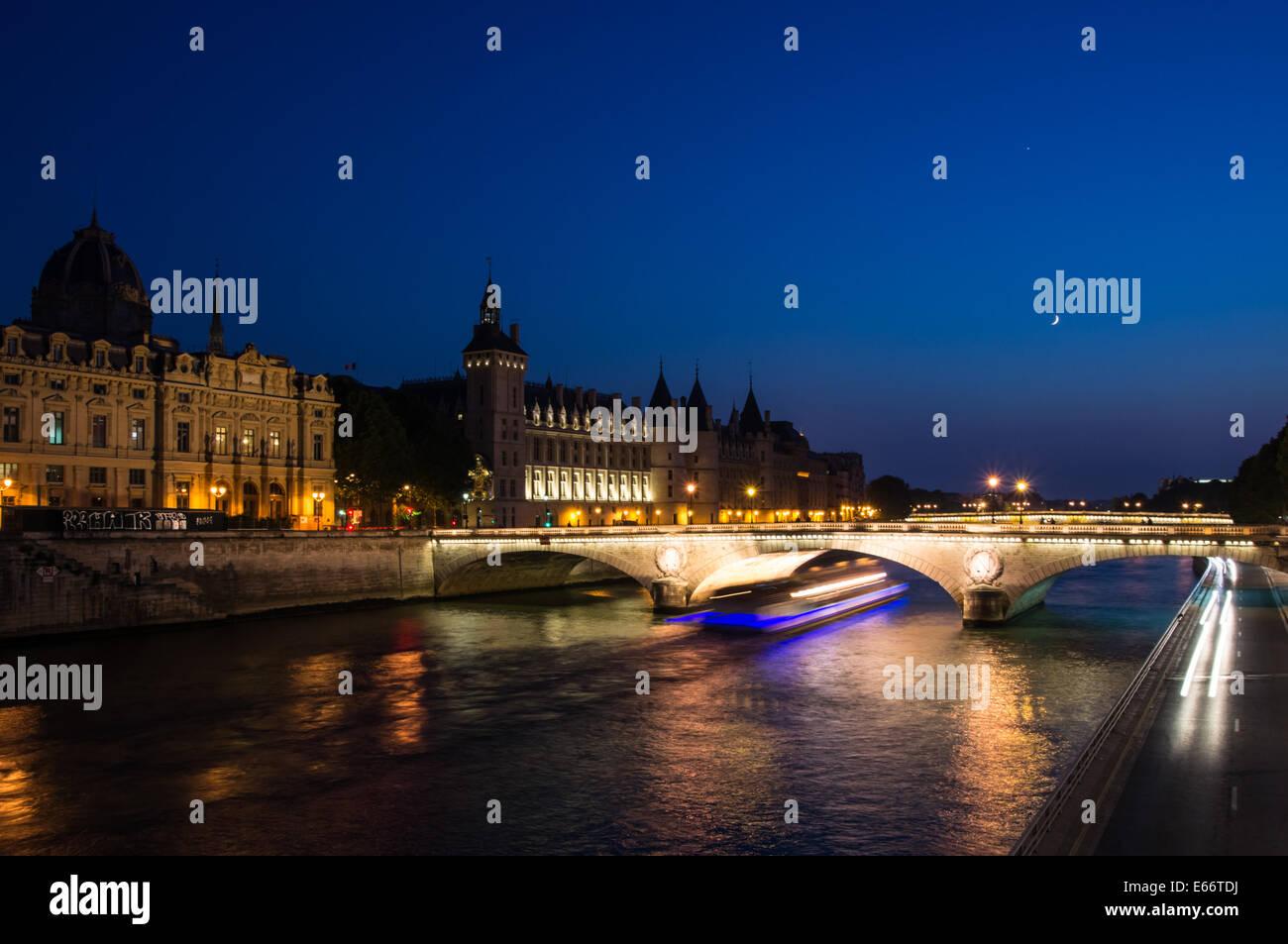 The Pont au Change, bridge over river Seine and the Conciergerie at dusk, Paris, France - Stock Image