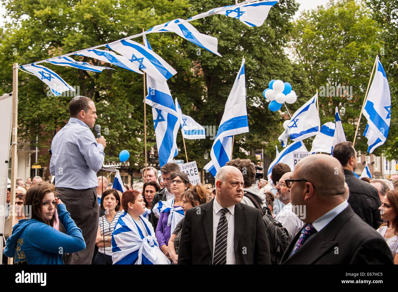 Brighton, UK. 17th Aug, 2014. Bodyguards watch the crowd as Oded Revivi, Mayor of Efrat in Israel adresses the rally - Stock Image