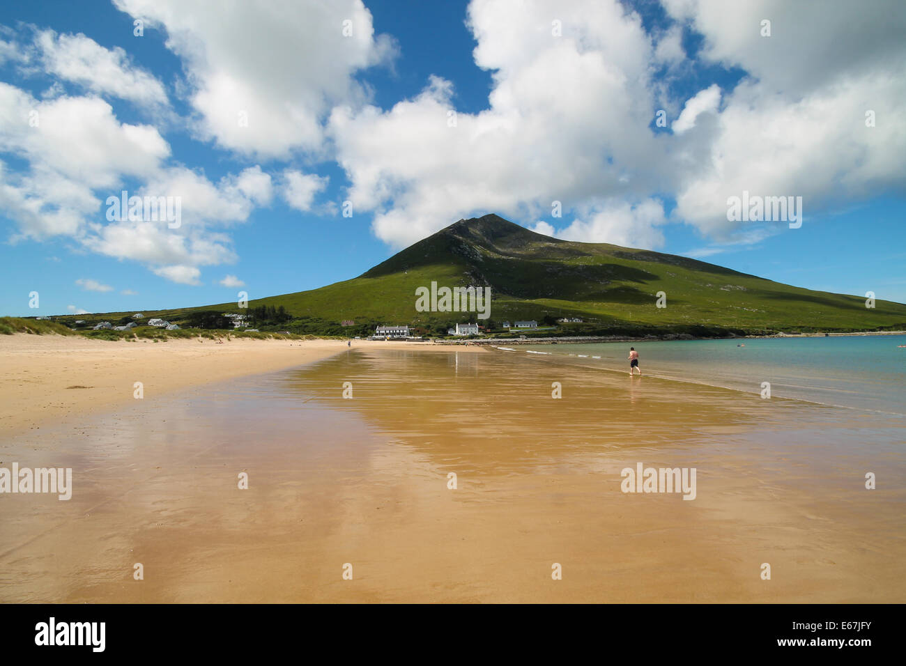 The Silver Strand Beach with Slievemore Mountain backdrop, Dugort, Achill Island, County Mayo, Ireland. - Stock Image
