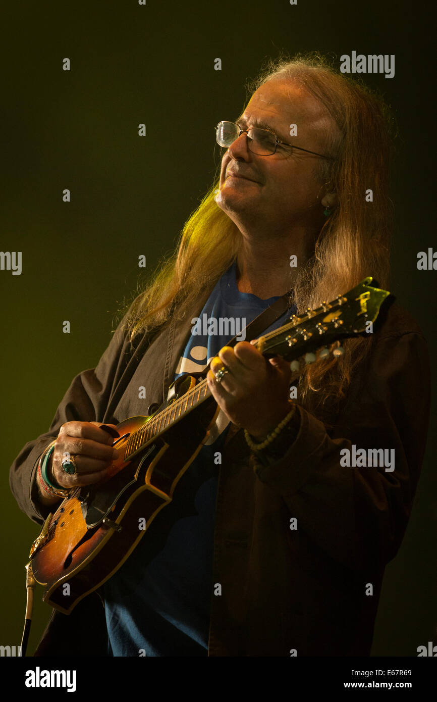 Chris Leslie of Fairport Convention playing a mondolin on stage at Fairport's Cropredy Convention 2014 - Stock Image