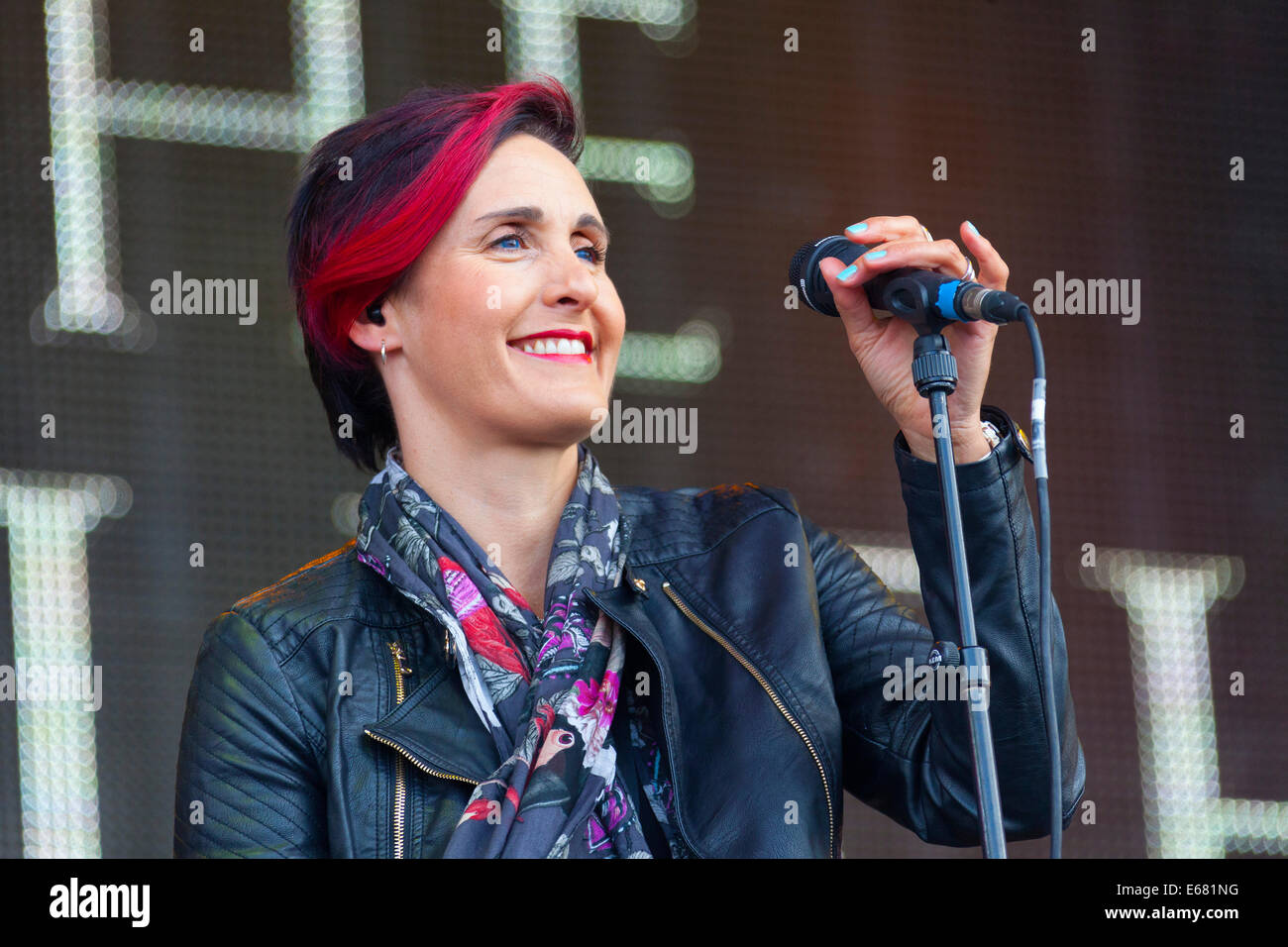 Remenham Henley-on-Thames Oxfordshire UK. 17 August 2014. Singer ALISON WHEELER of the group The (Beautiful) South Stock Photo