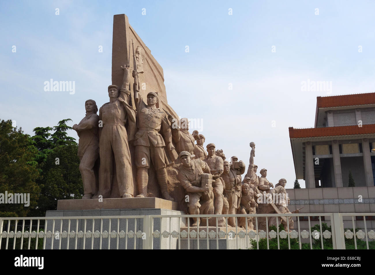 Idealized statue of Socialist workers in front of the Mausoleum of Chairman Mao in Tiananmen Square, Beijing, China - Stock Image