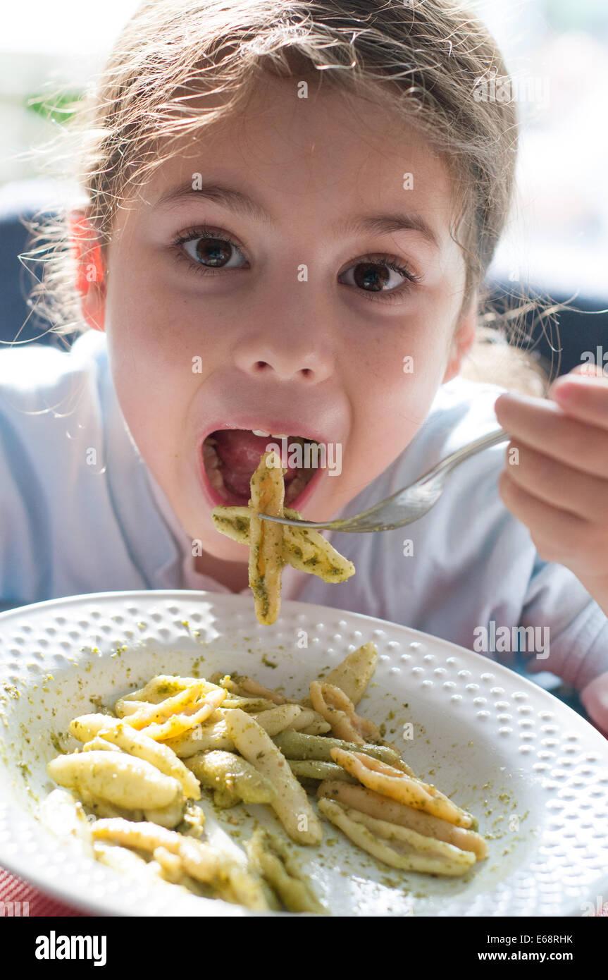 Child eating pasta - Stock Image