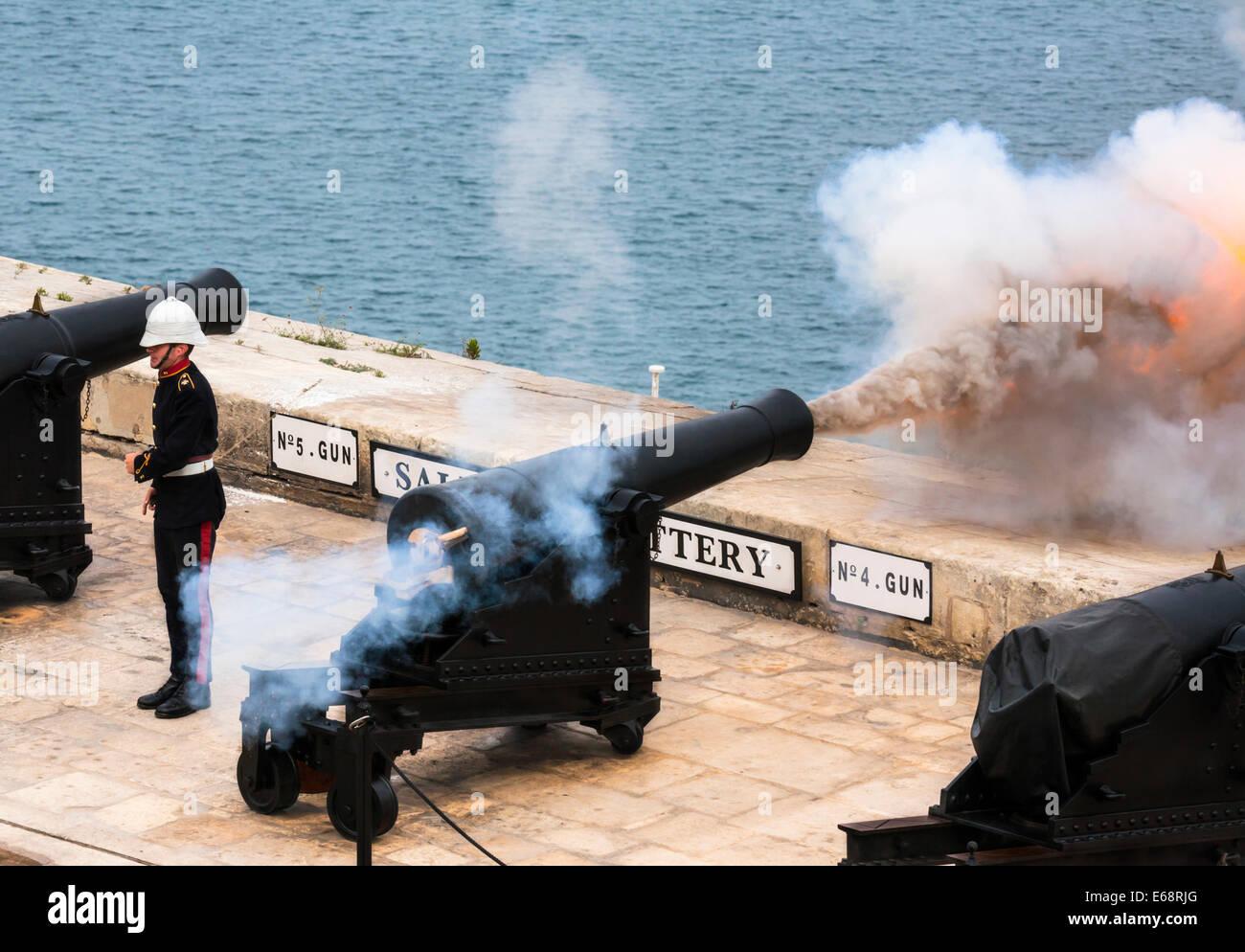 Firing the mid-day gun, Saluting Battery, Barracca Gardens, Valletta, Malta. - Stock Image