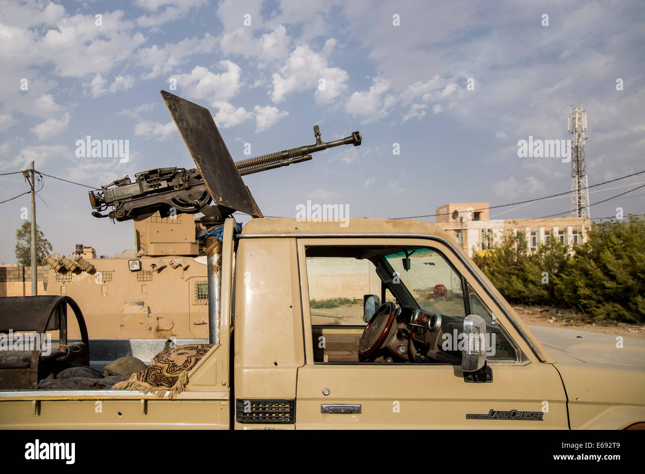 Makhmour, Northern Iraq. 18th Aug, 2014. A machine-gun has been mounted onto a pick-up truck at the DPK Peshmerga Stock Photo