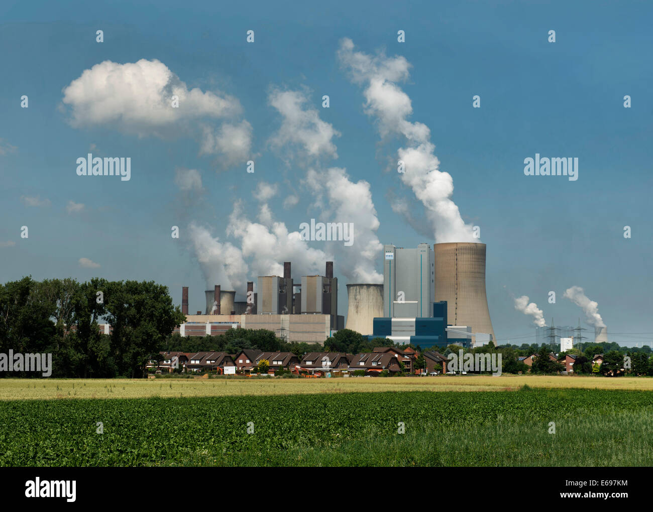 Lignite-fired power station, residential buildings and arable land at the front, Bergheim-Niederaußem, North - Stock Image