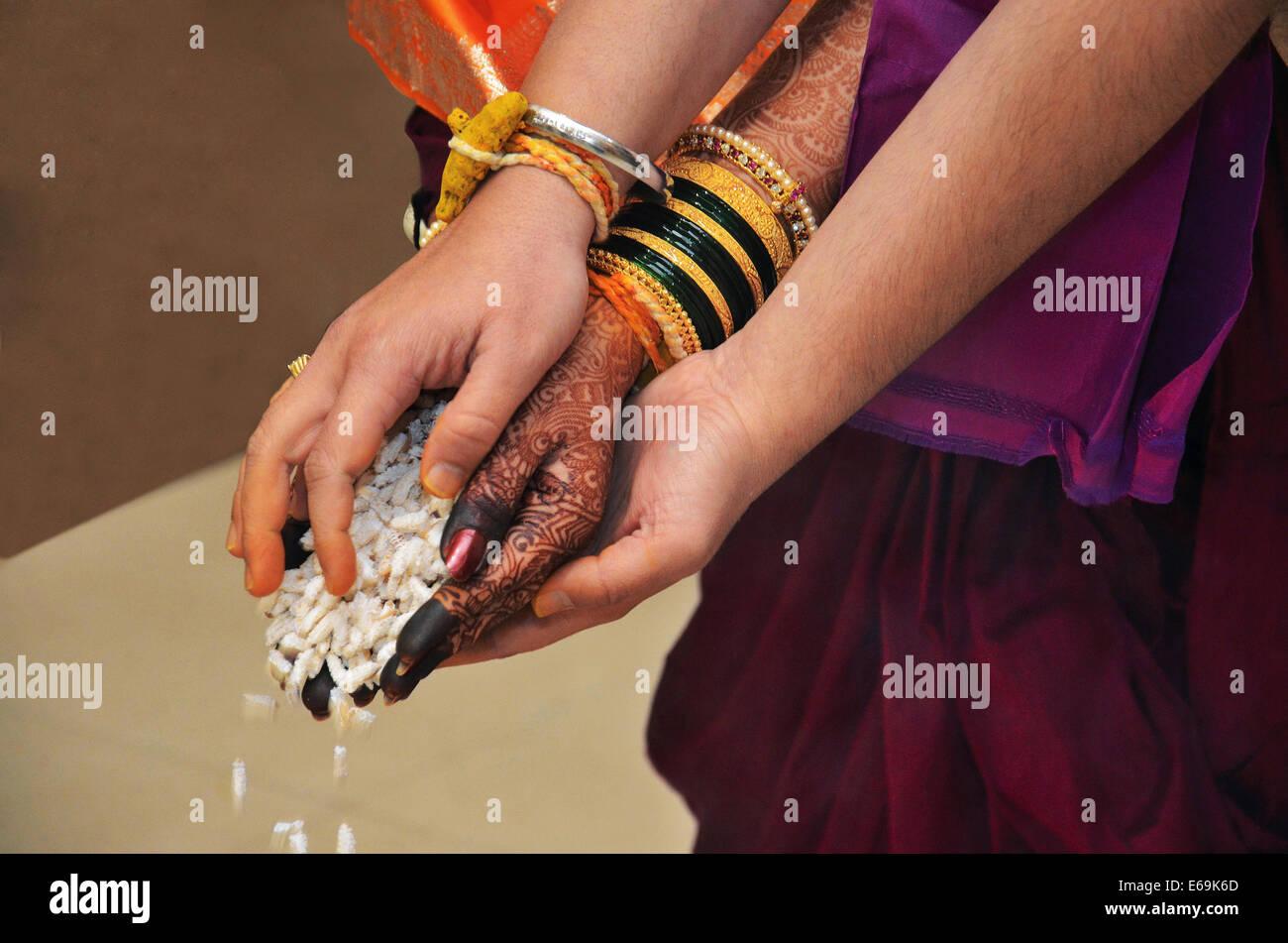 Vivaha homa wedding ritual rite of throwing rice flakes into sacrificial fire Pune, Maharashtra - Stock Image