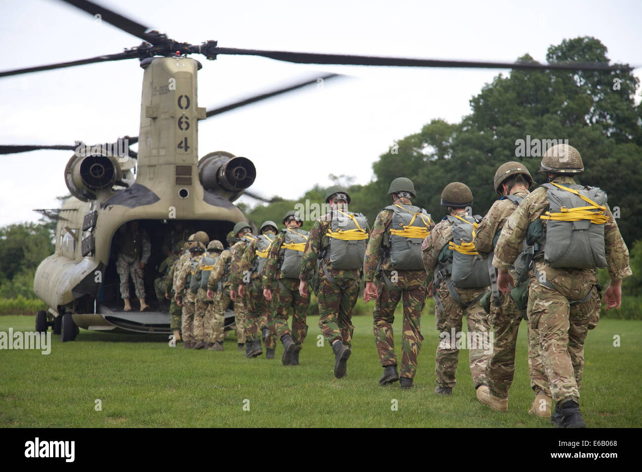 Canadian, British and Dutch military paratroopers board a U.S. Army CH-47 Chinook helicopter assigned to Bravo Company, - Stock Image