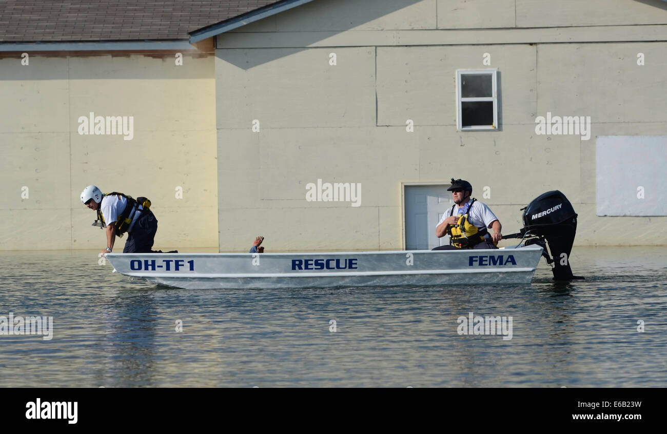 A team of water rescue workers with Task Force 1, Ohio Federal Emergency Management Team uses a boat to reach simulated - Stock Image