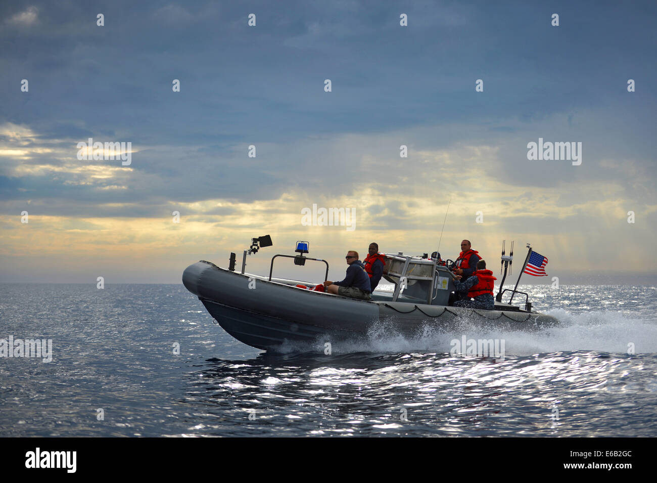 U.S. Sailors assigned to the amphibious transport dock ship USS Anchorage (LPD 23) and divers assigned to Explosive - Stock Image