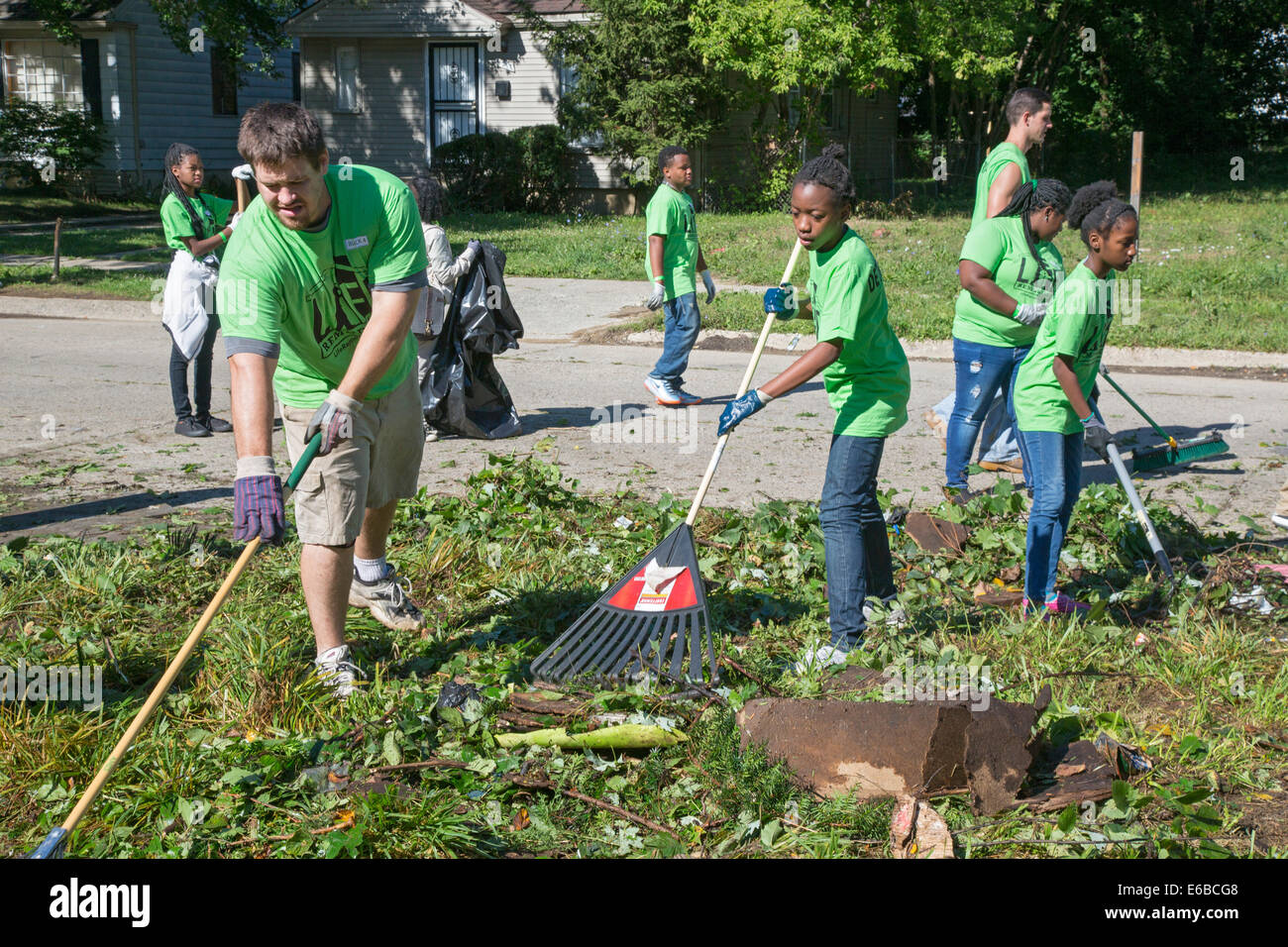 Detroit, Michigan - Volunteers clean up a distressed neighborhood during a week-long community improvement initiative. - Stock Image