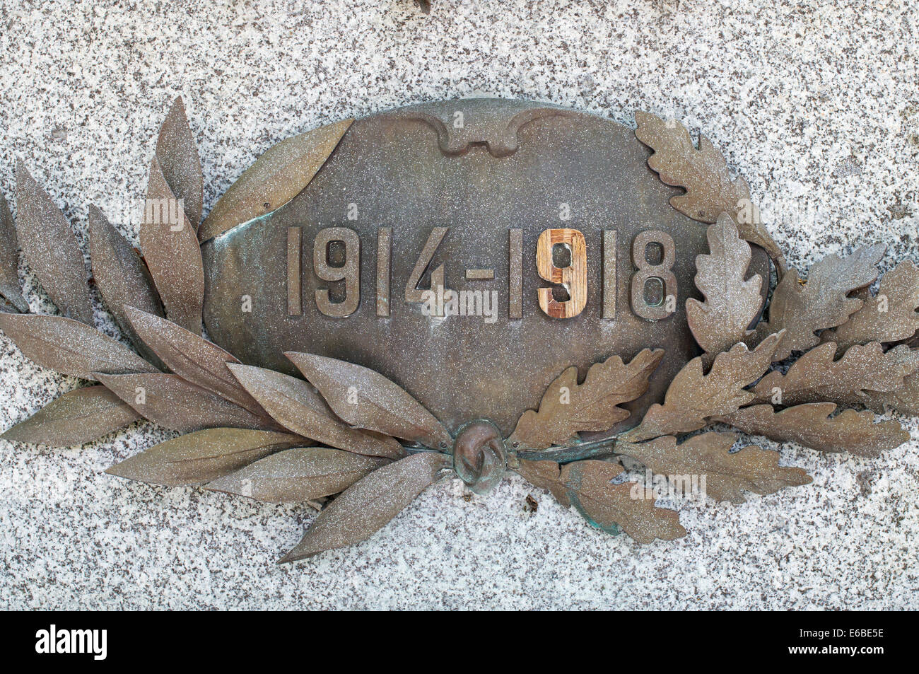 Date 1914-1918 on WW1 war memorial with missing numeral replaced with wood Sanguinet, Aquitaine, France, Europe - Stock Image