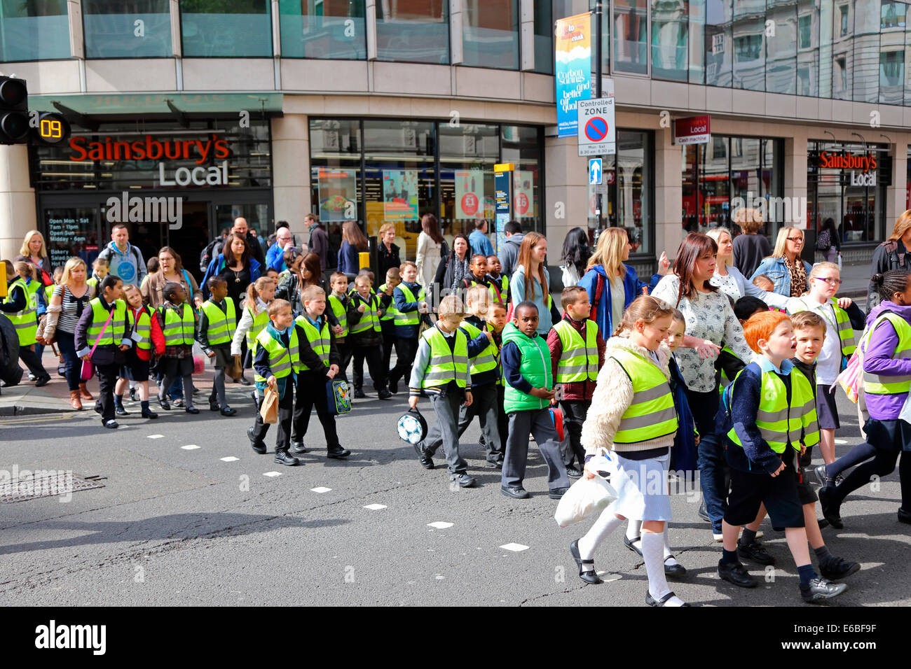 Großbritannien Great Britain London Holborn Children cross the street - Stock Image