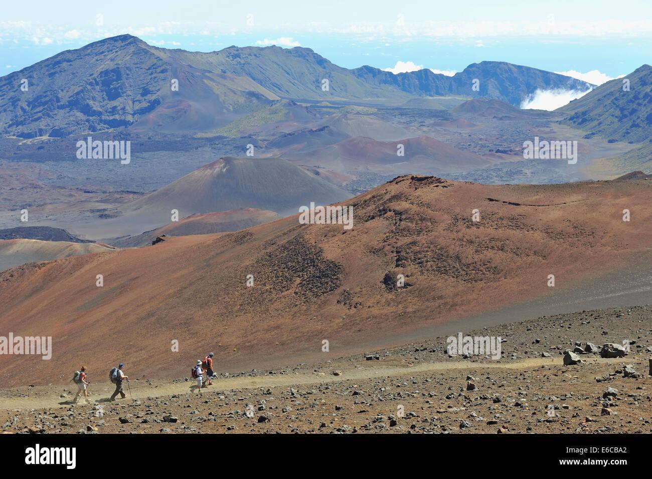 Hawaii - Hikers in the Haleakala crater, Haleakala National Park, Maui Island. - Stock Image