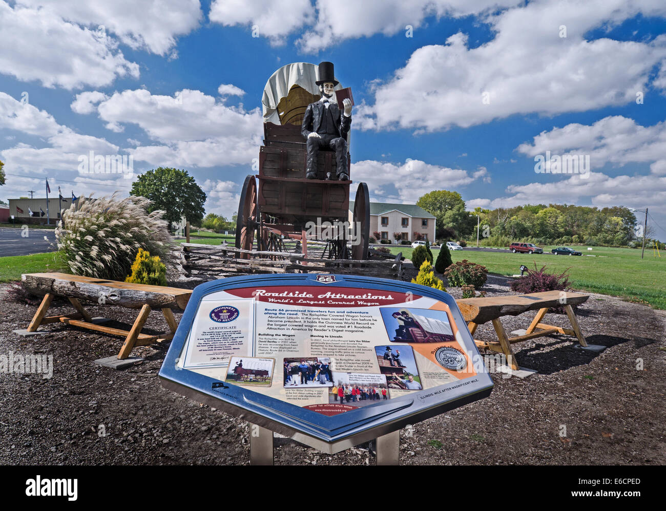 The Railsplitter Covered Wagon features Abraham Lincoln sitting on a covered wagon reading a book - Stock Image