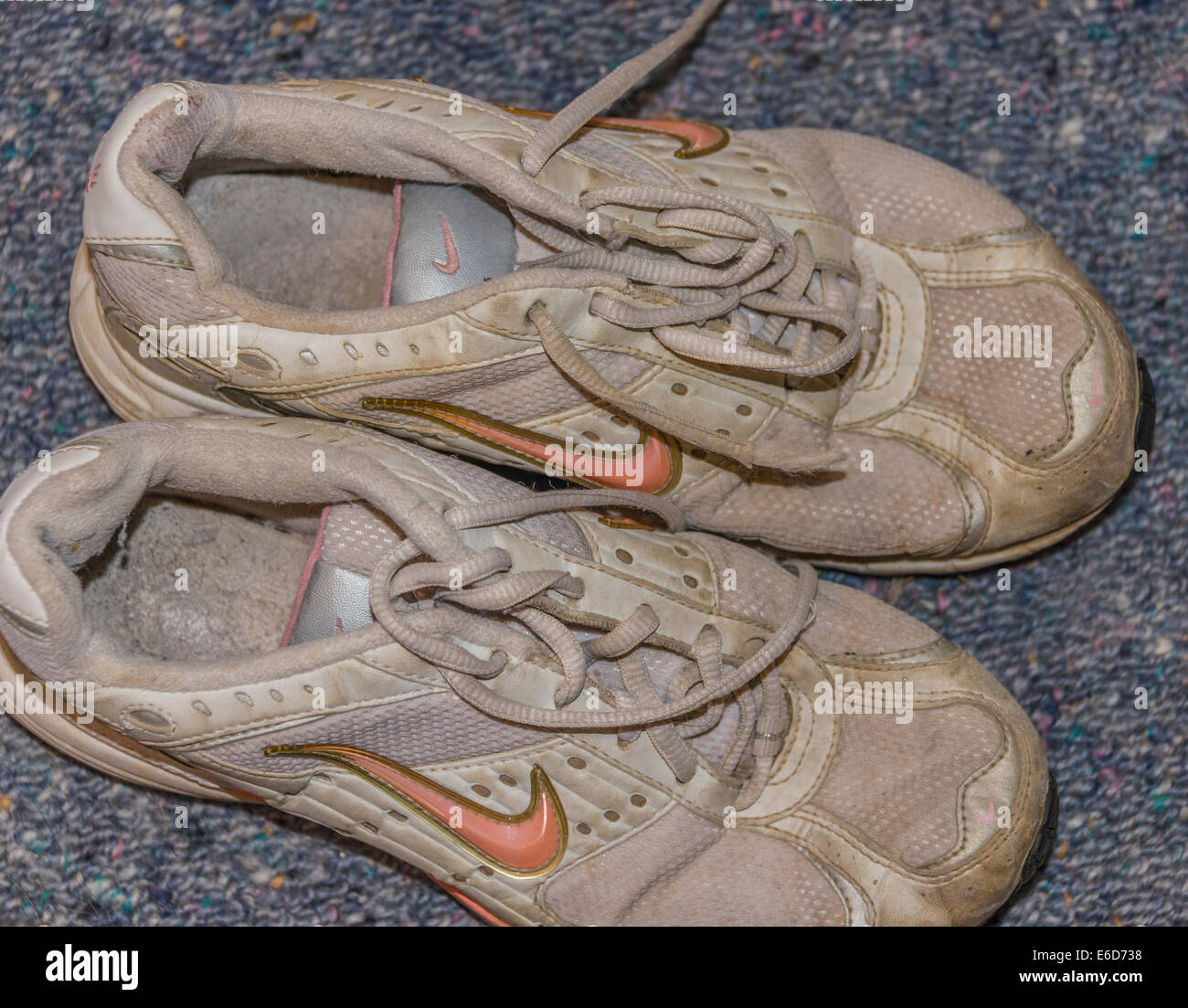 nike runners trainers old shoes - Stock Image
