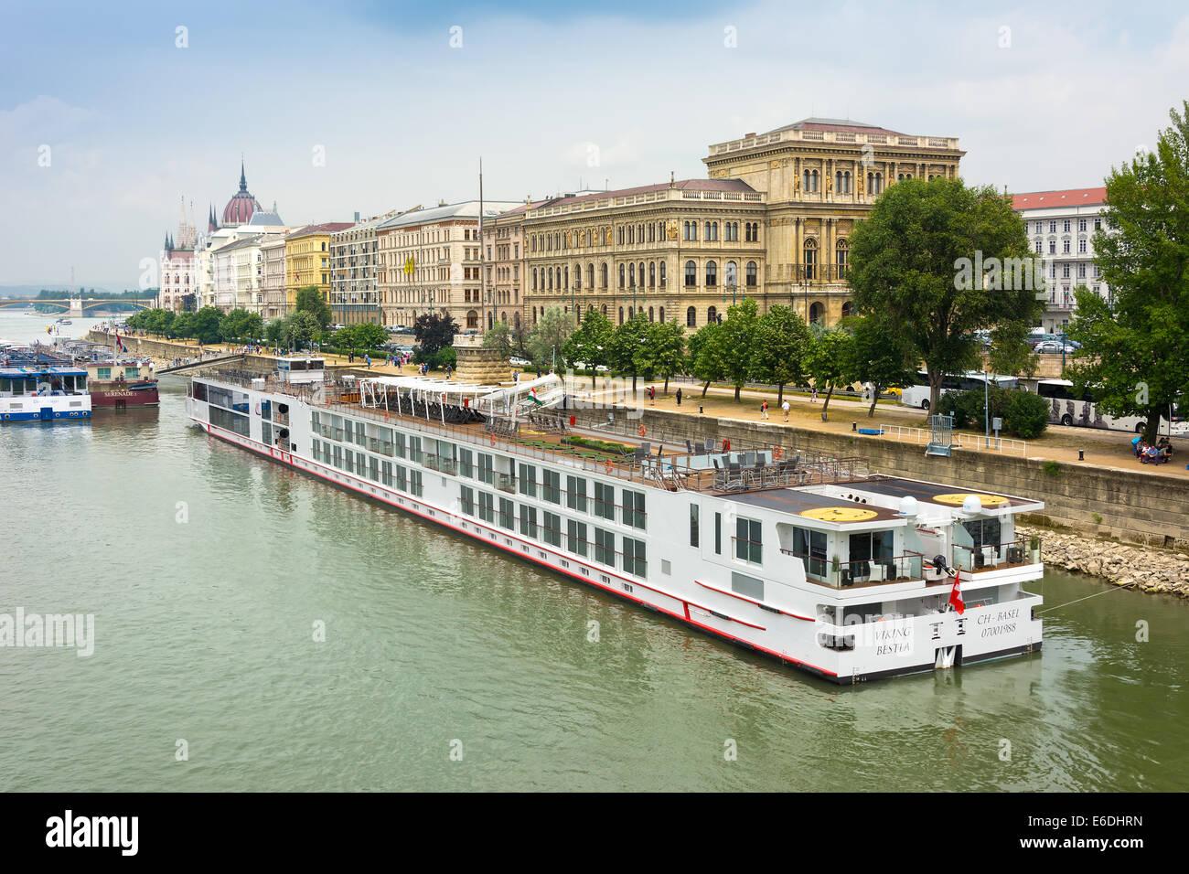 Viking Cruises Bestla Longship moored on the Danube in Budapest - Stock Image