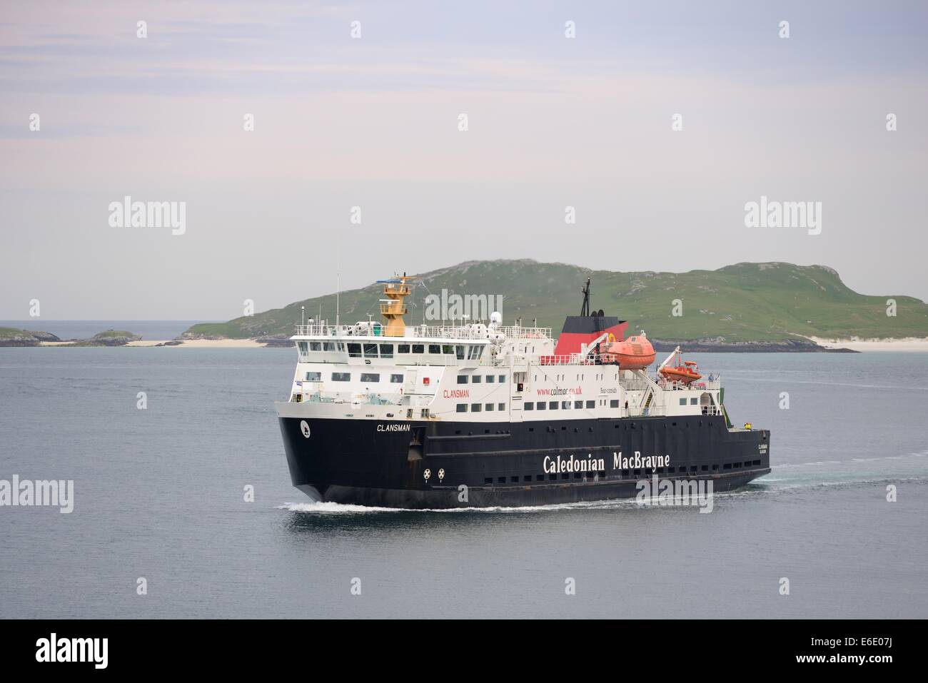 "The Caledonian MacBrayne ""Clansman"" servicing Barra navigates the channel into Castlebay pier Stock Photo"