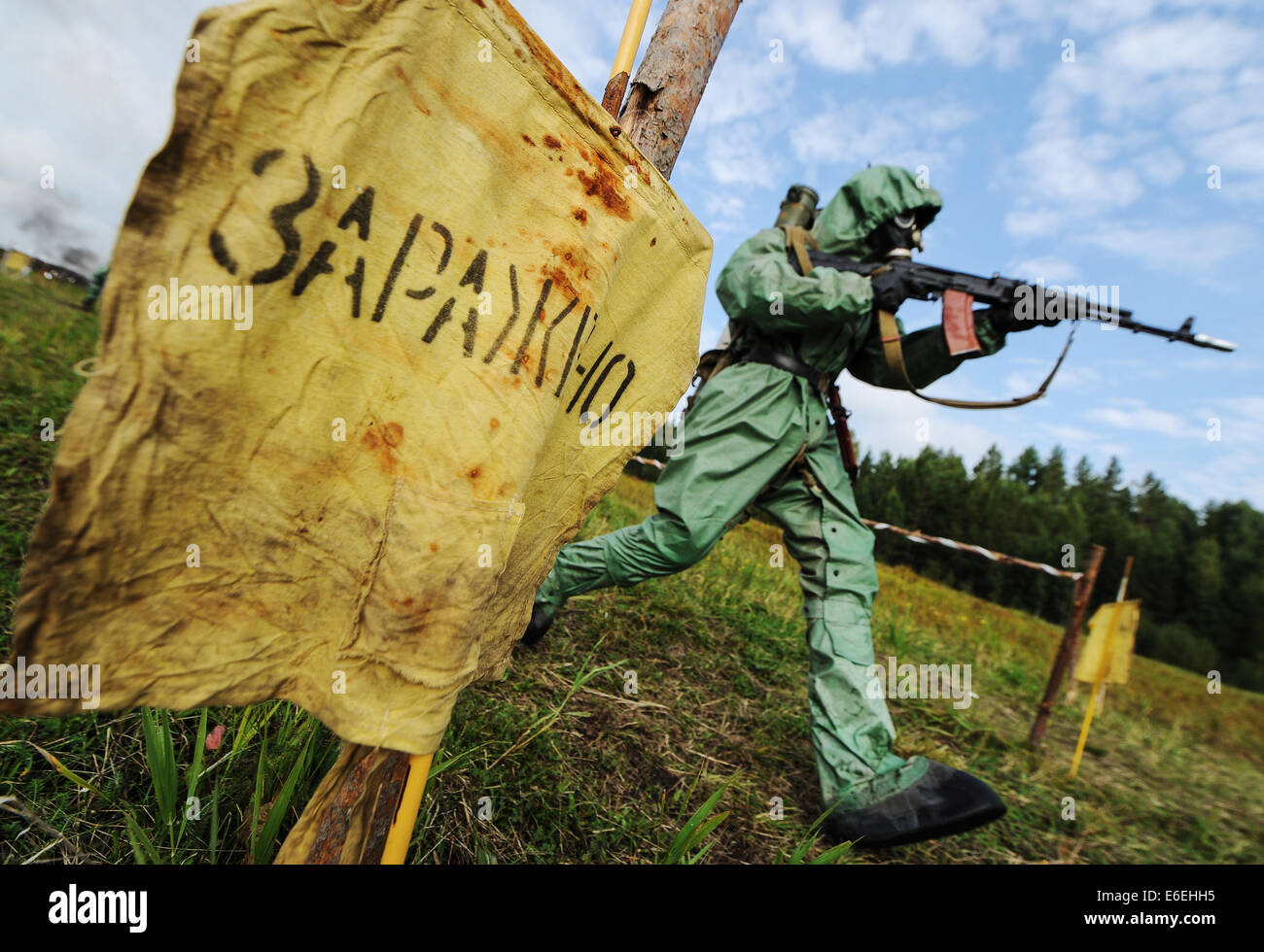 Sverdlovsk Region, Russia. 21st Aug, 2014. A member of Russia's Central Military District NBC defence seen in - Stock Image