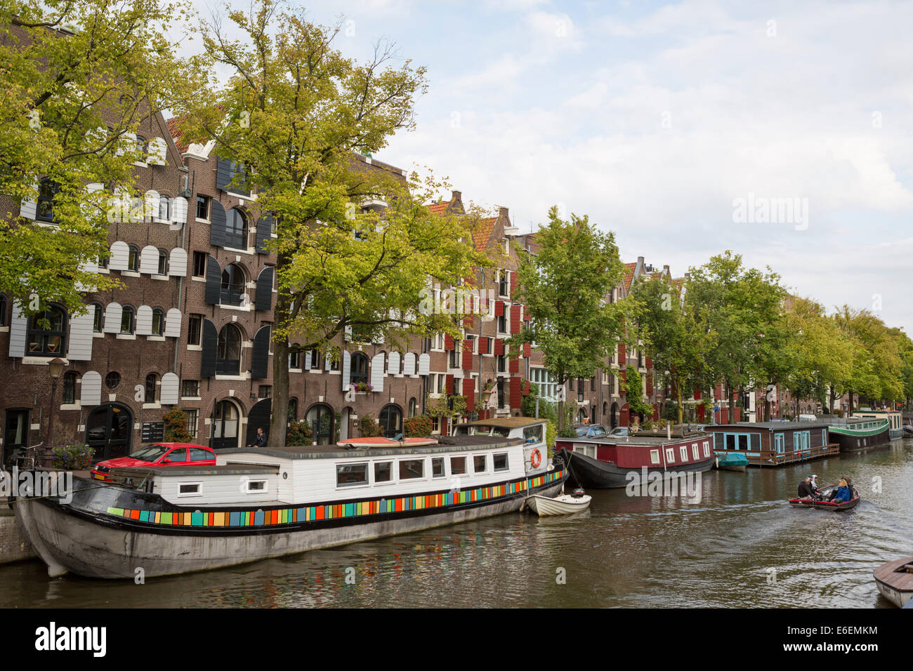 Canal 'de Prinsengracht' with houseboats and historical houses - Stock Image