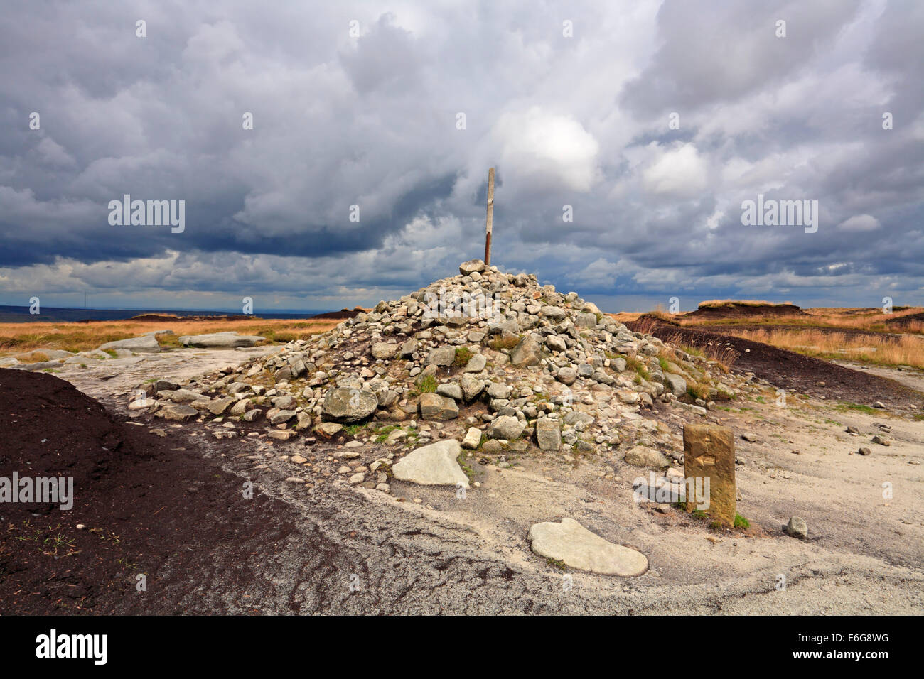 Pennine Way Cairn and Post at Bleaklow Head, Bleaklow, Derbyshire, Peak District National Park, England, UK. - Stock Image