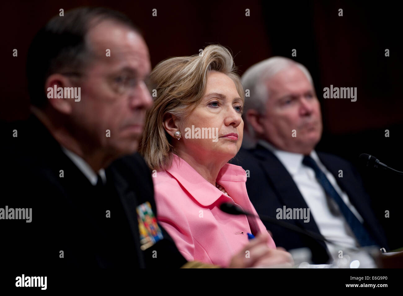 US Secretary of State Hillary Rodham Clinton sits between Join Chiefs Chair Adm. Mike Mullen and Secretary of Defense - Stock Image