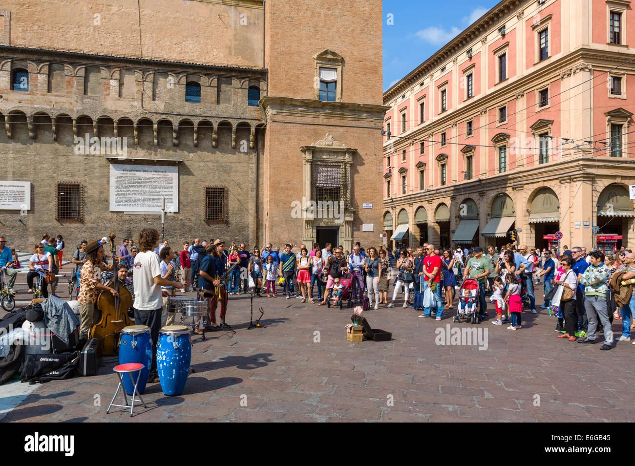 Street musicians in Piazza del Nettuno, Bologna, Emilia Romagna, Italy - Stock Image
