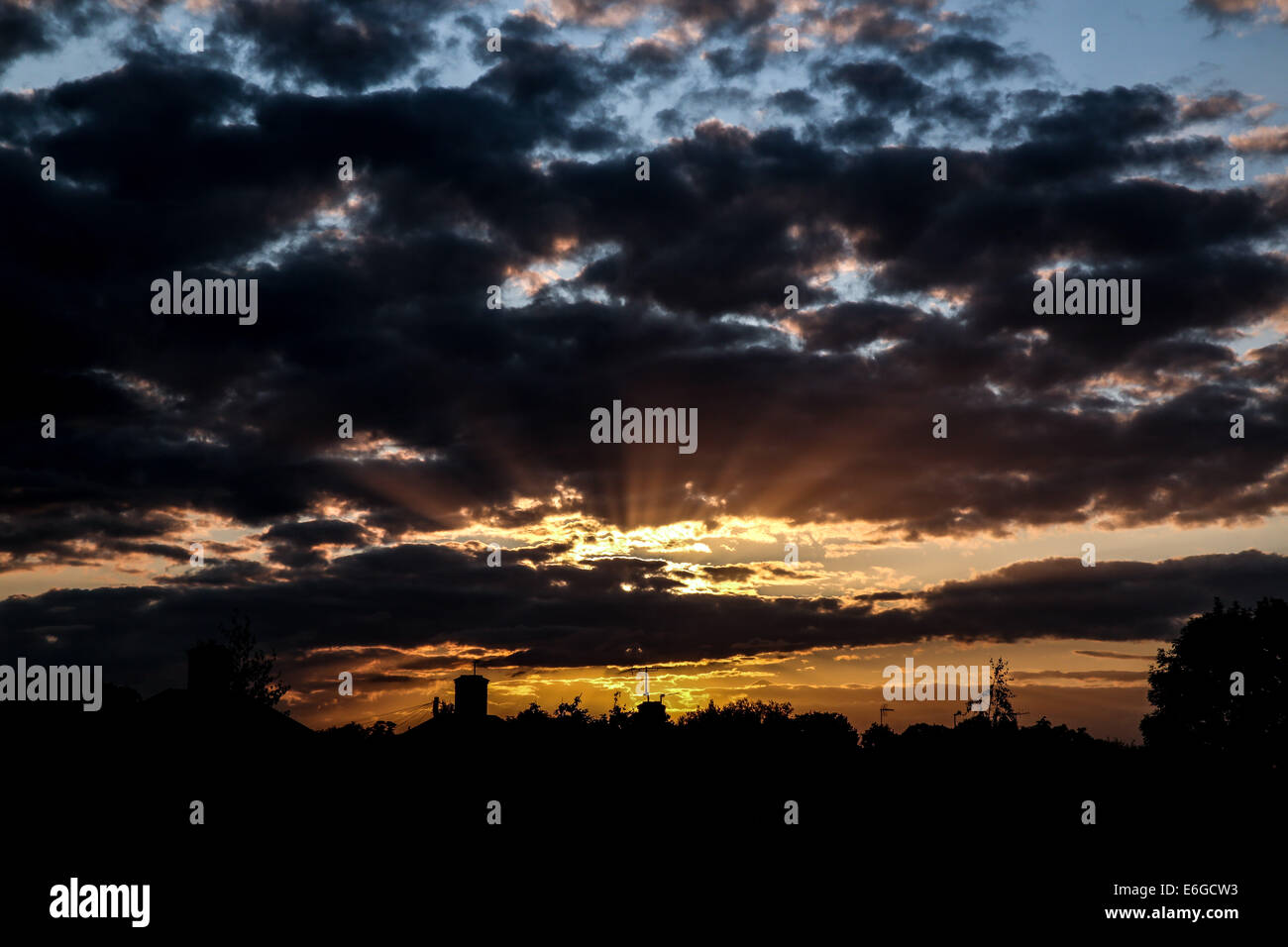 Oxford, UK. 22nd August, 2014. UK weather: Sun sets over Oxford. Credit:  petericardo lusabia/Alamy Live News - Stock Image
