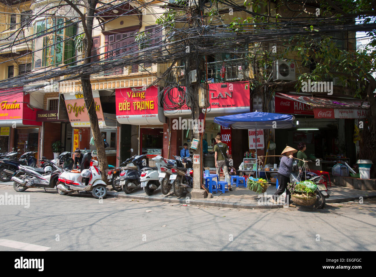 Tangled electrical wires in city of Hanoi, Vietnam - Stock Image
