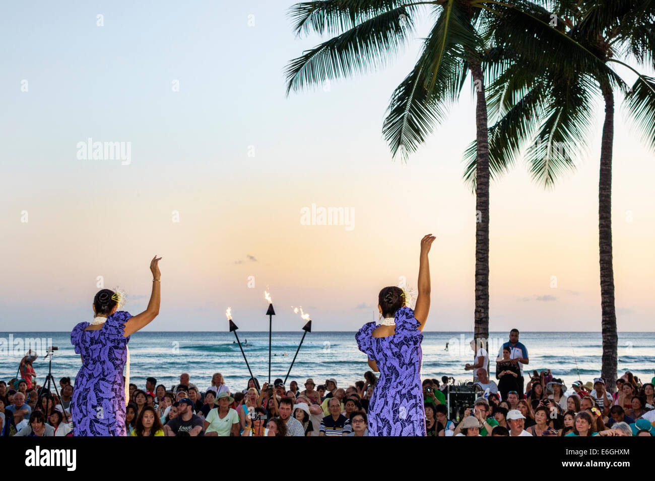 Hawaii Hawaiian Honolulu Waikiki Beach Kuhio Beach Park Hyatt Regency Hula Show free event audience watching Pacific - Stock Image
