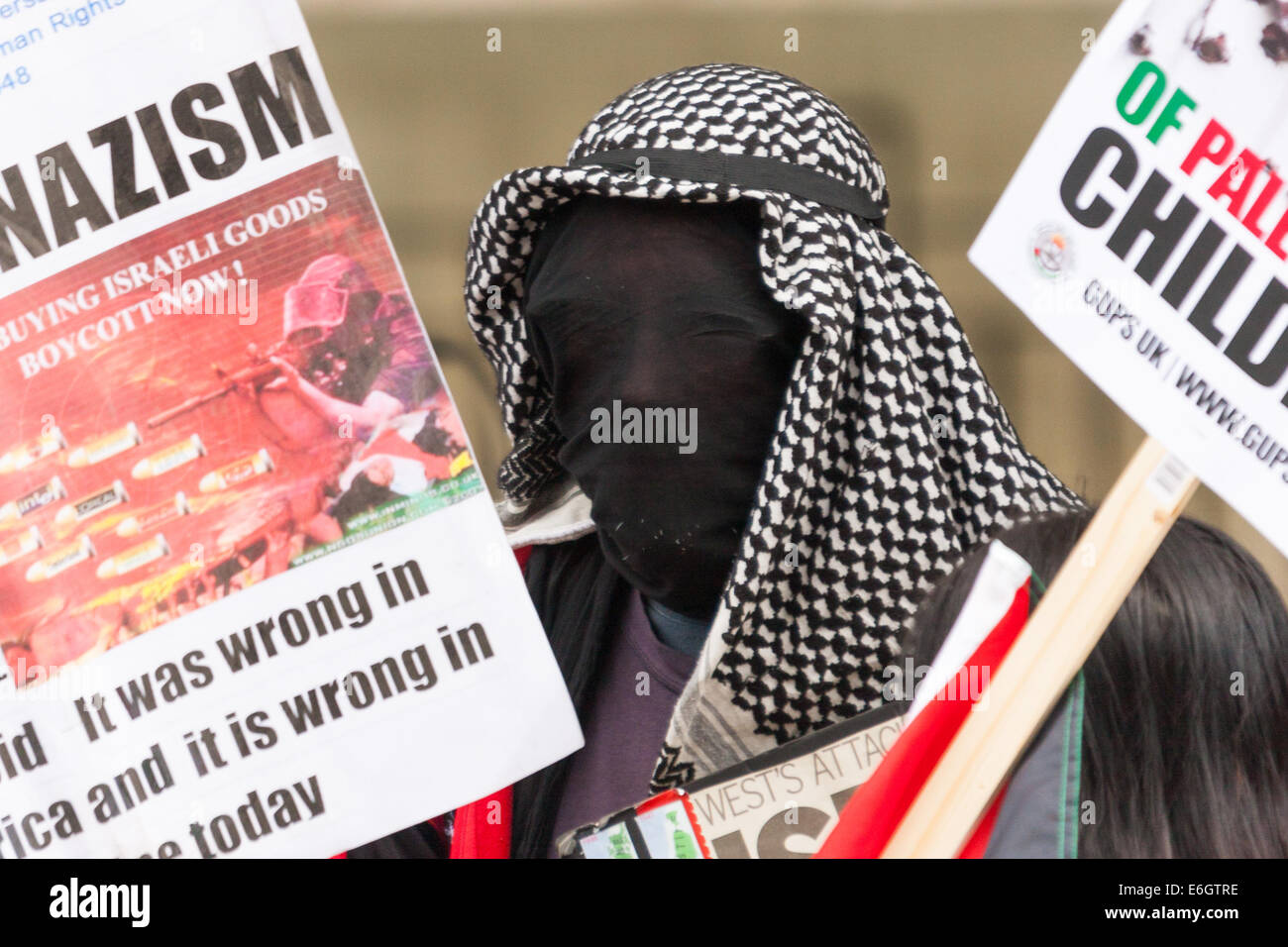 London, UK. 23rd August, 2014. A faceless protester demands a boycott of Israeli goods as hundreds of pro- Palestine - Stock Image