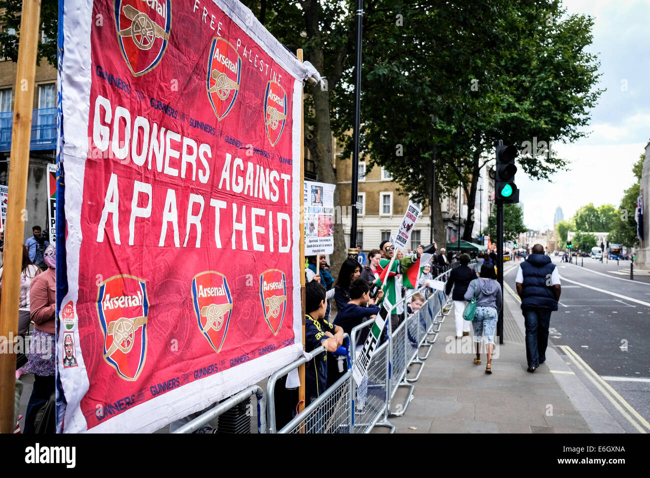 London, UK. 23rd August, 2014. An Arsenal banner supporting the pro-Palestinian protest outside Downing street. - Stock Image