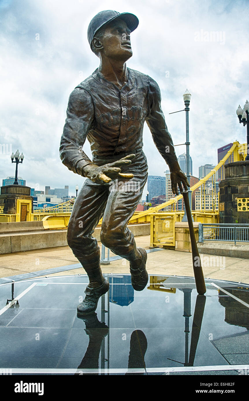 """Roberto Clemente a revered baseball player in Pittsburgh's sports history.  """"The Great One"""" is memorialized outside - Stock Image"""