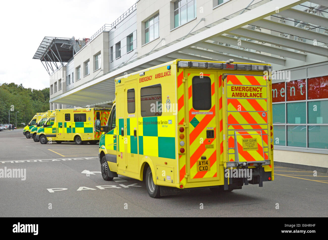 Ambulance arriving at Broomfield Hospital Accident and Emergency department with part of Heli port on roof top left - Stock Image