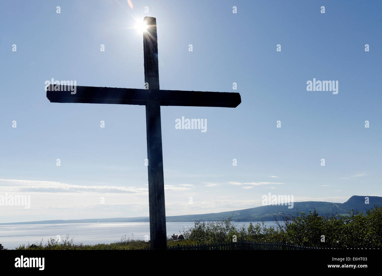 A sunstar and a wooden cross on Ile Bonaventure Gaspesie, Quebec - Stock Image