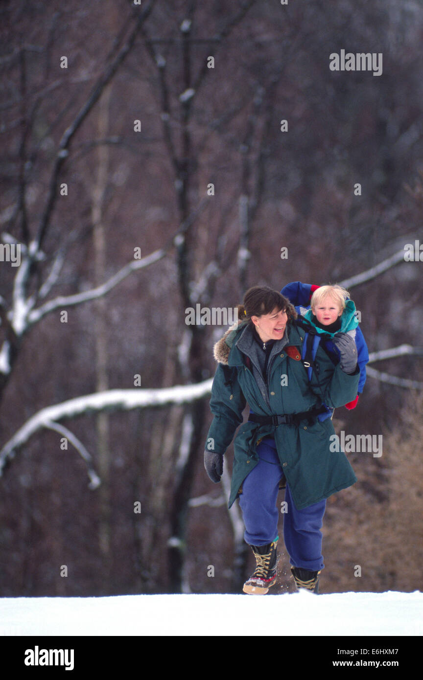 Bucky & Laurie Brownell winter hiking in Andover, NH / USA - Stock Image